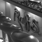 Unsere Räume: Logo an der Bar.